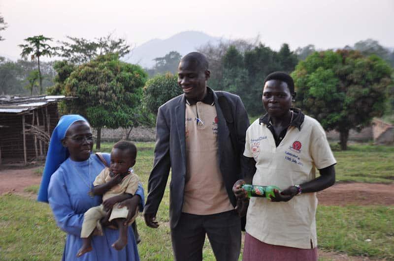 Direktor mit Lehrerinnen und Kind